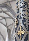 Szczegół kolumnady i wnętrza nakrycie StGeorg katedra w Nordlingen Błękitni i biali stiuki złoci i barwioni Obrazy Royalty Free