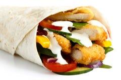 Szczegół kruszący pieczonego kurczaka i sałatki tortilla opakunek z whi fotografia royalty free