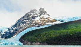 Szczegół lodowiec z górą zdjęcia royalty free