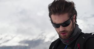 Szczegół mężczyzna twarzy kładzenia odprowadzenie i okulary przeciwsłoneczni Mountaineering narty aktywność Narciarki zimy sporta zbiory wideo
