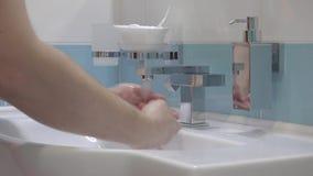 Szczegół mężczyzna wręcza domycie z ciekłym mydłem zdjęcie wideo