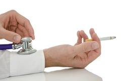 Szczegół męski ręki mienia stetoskop na palacz ręce Zdjęcie Stock