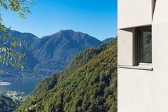 Szczegół minimalny nowożytny dom w naturze fotografia royalty free