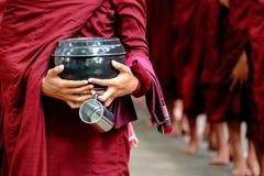 Szczegół mnisi buddyjscy tłoczy się i osoba trzyma filiżankę i puchar zdjęcia stock
