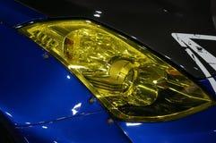 Szczegół na jeden żółtych reflektorów nowożytny samochód fotografia stock