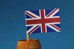 Szczegół na papierowej flaga państowowa zlany królestwo na drewnianym kiju w drewnianej baryłce fotografia royalty free