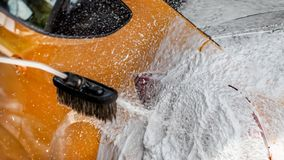 Szczegół na samochodowym tyły myjącym w carwash Gęsty szampon piany sprayin zdjęcie stock