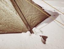 Szczegół namiotowa nylonowa patka zakotwiczał w śnieg Obozować w Dzikiej naturze zdjęcia stock