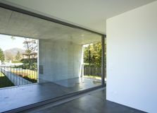 Szczegół nowożytny mieszkanie Ty widziisz balkonowego okno i betonową ścianę zdjęcie stock
