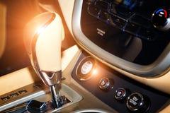 Szczegół nowożytny samochodowy wnętrze, przekładnia kij Zapina początek przerwę w tle zmianowa dźwignia zdjęcia royalty free