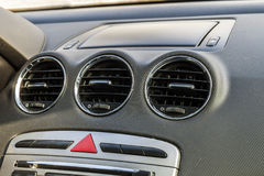 Szczegół nowy nowożytny samochodowy wnętrze, ostrość na grzejnej wentylaci Fotografia Royalty Free