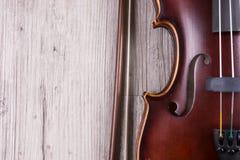Szczegół odizolowywający na drewnianym tle klasyczny skrzypce Studio strzelaj?cy stary skrzypce obraz royalty free