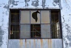 Szczegół okno w zaniechanym przemysłowym budynku zdjęcie royalty free