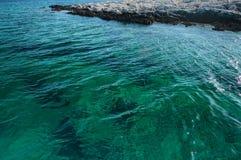 Szczegół otaczający jasnym morzem wysepka zdjęcia royalty free