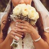 Szczegół pann młodych róż ręk i bukieta trzymać zdjęcie stock