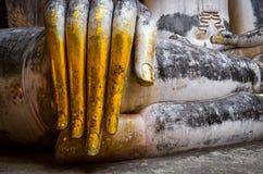 Szczegół piękna złota ręka siedzieć Buddha w Wata Si kmotrze zdjęcie royalty free