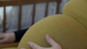 Szczegół pieści jej dużego brzucha expectant matka zbiory wideo