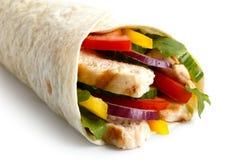 Szczegół piec na grillu kurczaka i sałatki tortilla opakunek na białym backg fotografia royalty free