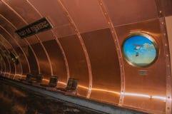 Szczegół porthole przy sztuk et Metiers stacją metru platforma w Paryż Zdjęcia Royalty Free