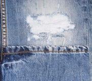 Szczegół Postrzępiony rozprucie w Zatartych niebieskich dżinsach Obrazy Royalty Free
