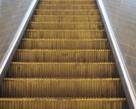 Szczegół Prague eskalator w metro poruszającym schody skupiał się o Zdjęcie Royalty Free