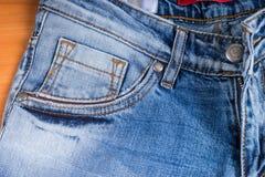Szczegół przód kieszeń Zatarci niebiescy dżinsy Fotografia Stock