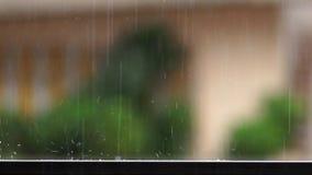szczegół raindrops spada na balkonowej balustradzie i pluśnięcie wodzie na zwolnionym tempie zbiory wideo