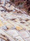Szczegół sól tarasuje w solankowych nieckach Maras, salineras De Maras blisko Cusco w Peru, solankowe kopalnie robić mężczyzną obrazy royalty free
