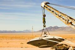 Szczegół sfałszowany latający spodeczek podnoszący up holowniczą ciężarówką w N Fotografia Stock