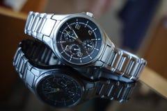 Szczegół srebny zegarek po midday, kłaść na czarnym ochraniaczu Zdjęcie Stock