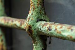 Szczegół stara żelazo kratownica malował zieleń obraz royalty free
