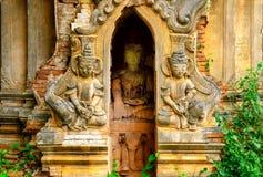 Szczegół stare kamienne świątyni ruiny z statuami, Myanmar zdjęcia stock