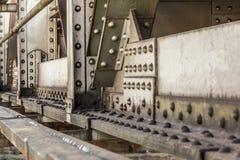 Szczegół stary poręcza most, wielkie dokrętki, rygle i nity widoczni, przemysłowe abstrakcyjne tło zdjęcie royalty free