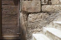 Szczegół stary, zaniechany kamień, budował fasadę z drzwi i schodkami Obraz Stock