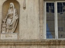Szczegół statua rzymski królewiątko obok okno przy Palazzo Spada Rzym w Włochy obrazy stock