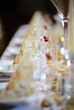 Szczegół stołowy położenie z pustymi szampańskimi szkłami z truskawką Zdjęcie Stock