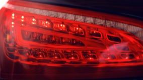 Szczegół tylni światło na nowożytnym samochodzie Zakończenie taillight, nowe prawo prowadził tylni hamulcowego światło nocą obrazy royalty free