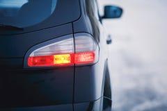 Szczegół tylni światło na nowożytnym samochodzie Zakończenie taillight, nowe prawo prowadził tylni hamulcowego światło nocą obraz royalty free