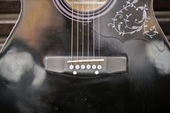 Szczegół umieszczający na parkowej ławce brown gitara Obraz Royalty Free