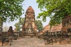 Szczegół wiele bezgłowy Buddhas wzdłuż świątynnej ściany przy Watem Mahathat zdjęcie stock