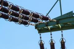 Szczegół wysokonapięciowy ceramiczny izolator Wysoki woltażu prowadzenie Elektryczności dystrybucja Zdjęcia Stock