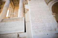 Szczegół z Romańską inskrypcją na ruinach Celsus biblioteka w Ephesus Zdjęcie Royalty Free