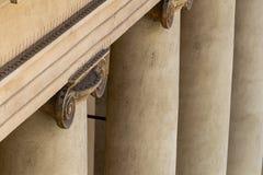 Szczegół z wierzchu ionic kolumny pokazuje obecność zniechęca kolce gołąb zdjęcie royalty free