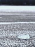 Szczegół zamarznięty lodowaty prześcieradło Lodów pęknięcia tworzy powierzchnię, floes płynie na zimnej rzece obraz royalty free