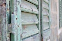 Szczegół zamknięta stara drewniana żaluzja zdjęcie royalty free