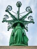 Szczegół Zbrojący benzynowej lampy kandelabry na Hradcany kwadracie w Praga obrazy stock