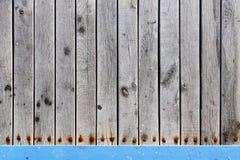 Szczegółowe stare drewno deski z rdzewiejącą śruby teksturą zdjęcia royalty free