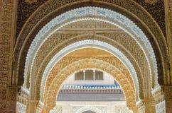 Szczegółowi Mauretańscy łuki w Alhambra pałac Obrazy Royalty Free