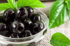 Szczegółowy makro- widok czarne oliwki, dołkowaty marynowany zdjęcie stock