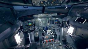 Szczegółowy materiał filmowy kokpit samolot który stoi na odlota pasie startowym zbiory